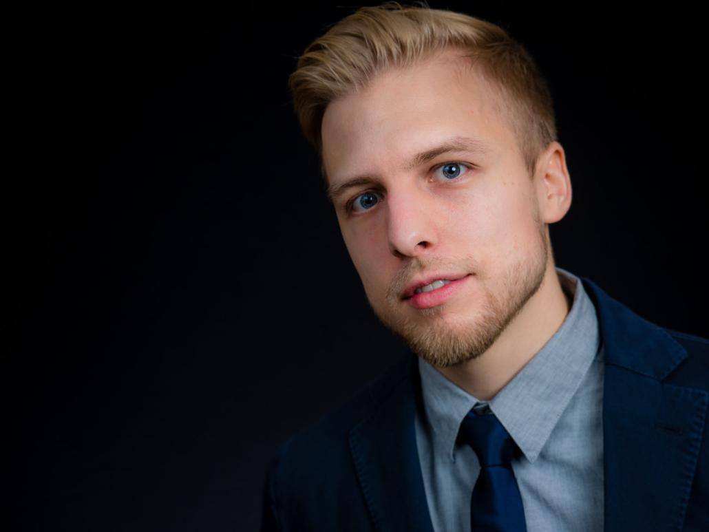 Bewerbungsfoto eines jungen Mannes im Studio