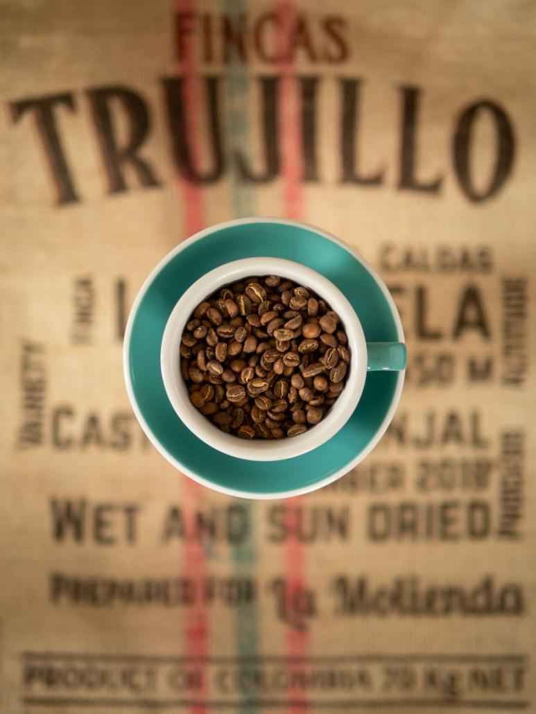 Fliegende Kaffeetasse über Kaffeesack