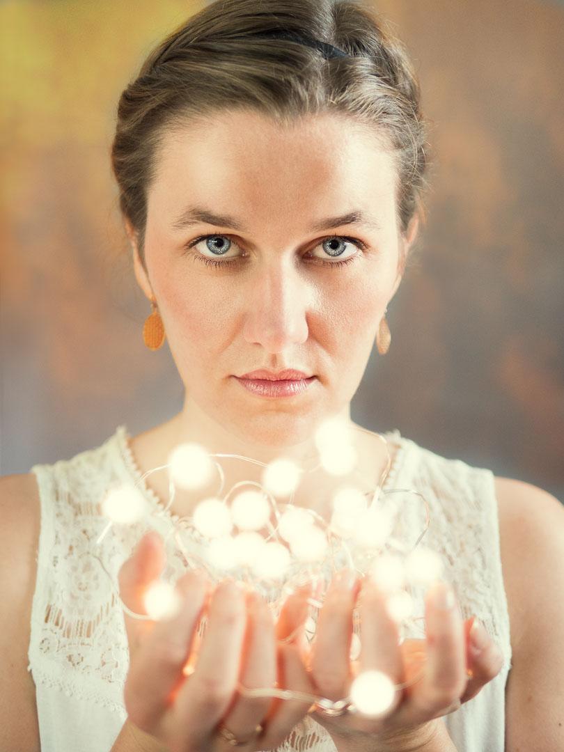 Schöne Frau mit Lichterkette