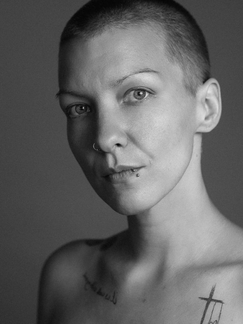 Schwarzweiss Characterportrait einer Frau mir kurzen Haaren
