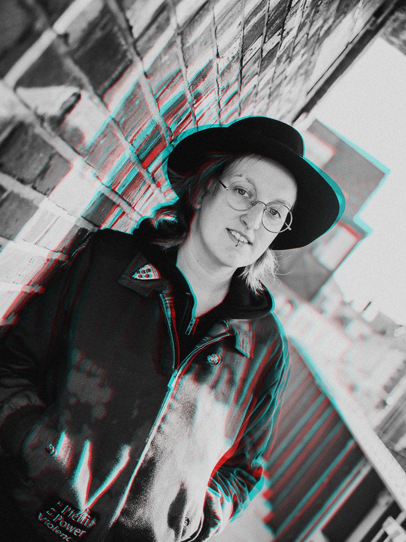 Frau mit Hut auf Brücke in Oldenburg