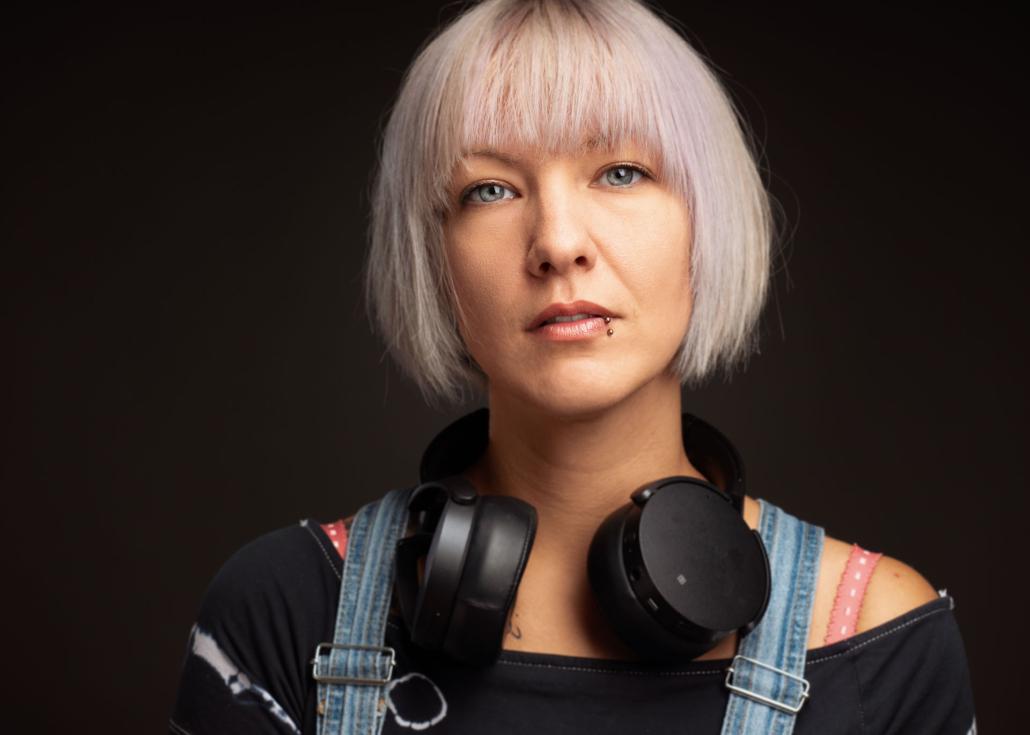 Portrait einer jungen Frau mit Kopfhörern