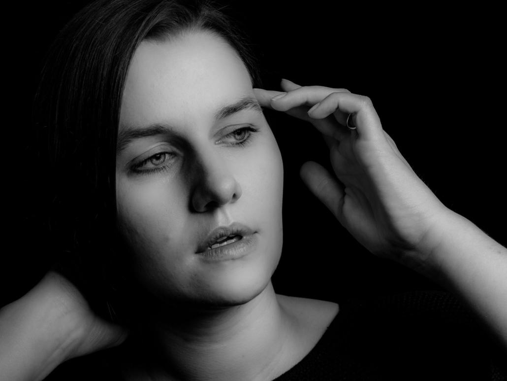 Portrait einer jungen Frau in Gedanken