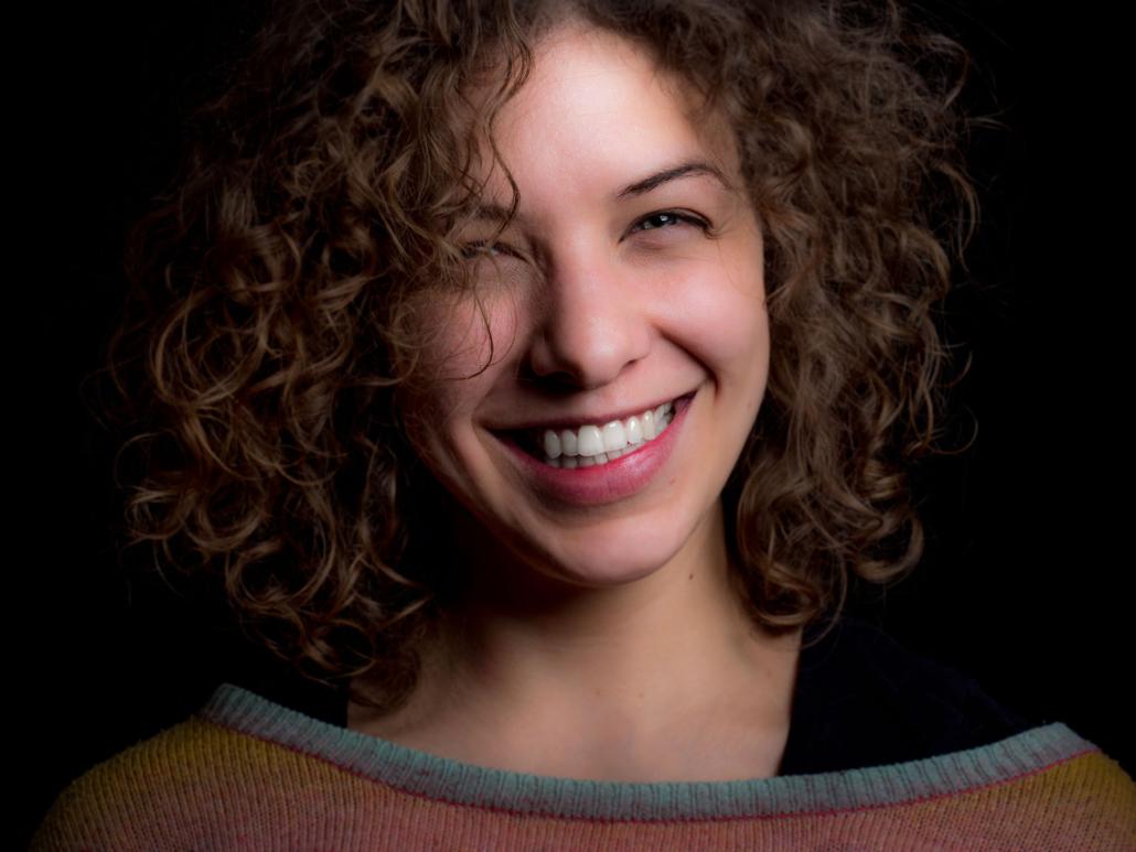 Lachende Frau mit lockigen Haaren