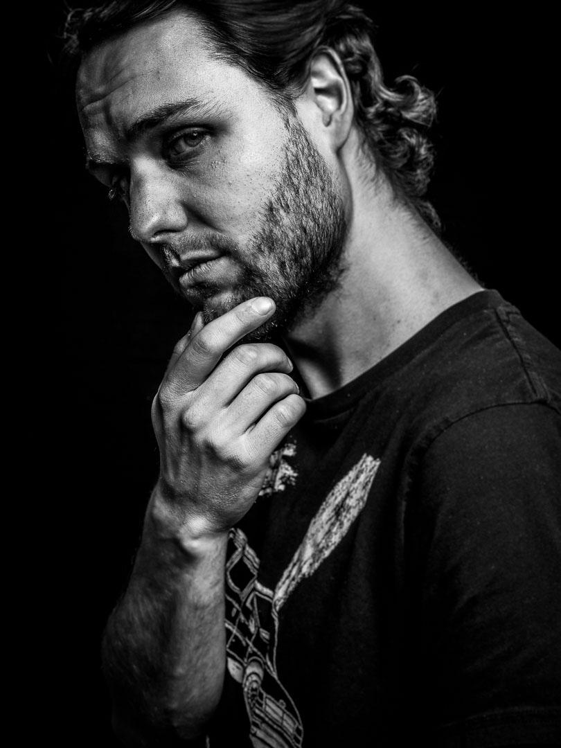 Schwarzweiss Portrait von Mann in cooler Pose