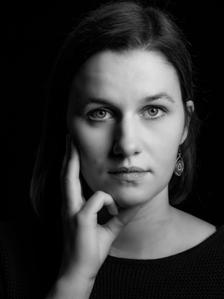 Portrait einer etwas nachdenklichen jungen Frau