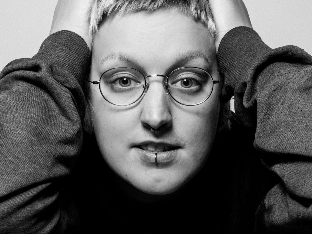 Portrait junge Frau schwarzweiss
