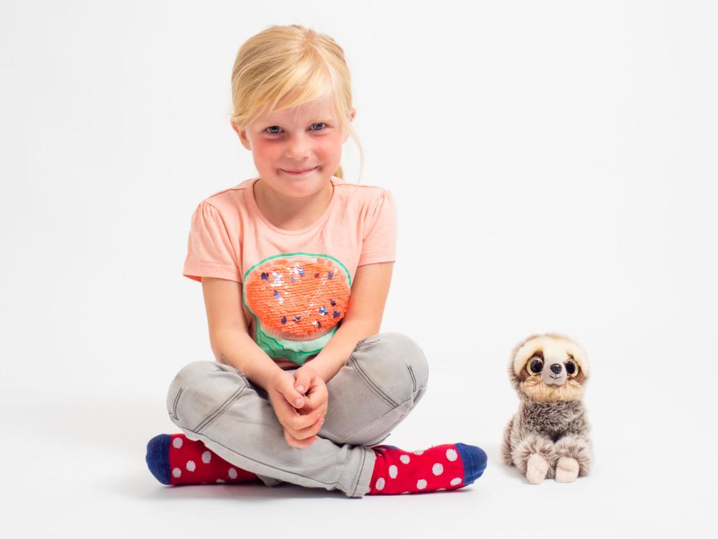 Portrait eines Mädchens im Studio mit Kuscheltier